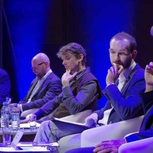 """Panel """"Projektowanie a rynek"""" był wspaniałą okazją do zetknięcia się dwóch punktów widzenia – perspektywy projektantów oraz osób odpowiedzialnych za ich zatrudnienie. Fot. Piotr Waniorek."""