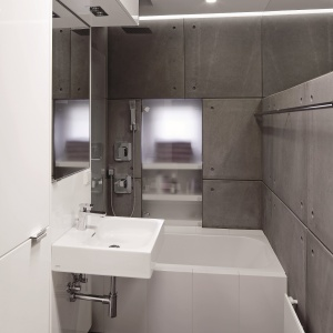 Nowoczesna łazienka w bloku z podświetlanymi sufitem podwieszanym. Powierzchnia: ok. 4 m². Projekt: Marcin Lewandowicz. Fot. Bartosz Jarosz.