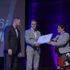 Wyróżnienie w kategorii podłogi i ściany - dyplom odebrali Dawid Mochnik oraz Dariusz Jędrzejczak z firmy MOCHNIK. Fot. Piotr Waniorek.