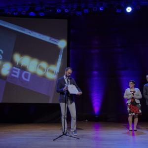 Wyróżnienie w kategorii przestrzeń pokoju dziennego - dyplom odebrał Bartłomiej Pawlak - współautor kolekcji Muto by Vox marki Vox. Fot. Piotr Waniorek.