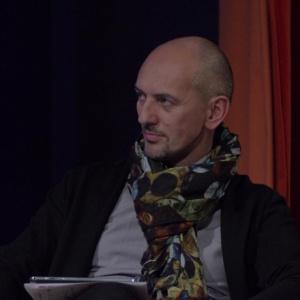 Piotr Wełniak, moderator panelu, pytał uczestników o sposób pracy i projektowanie przestrzeni biurowej. Fot. Piotr Waniorek.