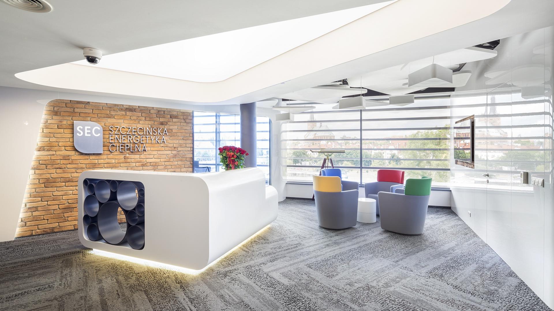W ramach projektu powstały nowoczesne i funkcjonalne miejsca dla pracowników, dostosowane do specyfiki zadań poszczególnych działów, gabinety kierownictwa firmy, sale konferencyjne, kuchnia i miejsca spotkań oraz komfortowe przestrzenie rekreacyjne i miejsca sprzyjające wspólnej pracy. Fot. Szymon Polański
