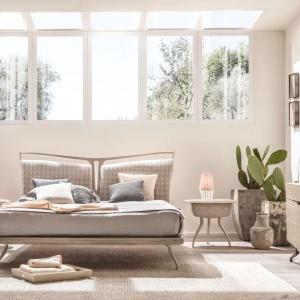 Łóżko z osobnymi zagłówkami zapewni komfortowe podparcie pleców dla obu osób. Na zdjęciu: łóżko z oferty firmy Heban. Fot. Heban.