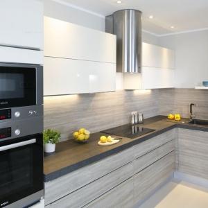 Nowoczesna kuchnia jest kontynuacją palety kolorów, zapoczątkowanych w innych przestrzeniach mieszkania. Projekt: Joanna Morkowska-Saj. Fot. Bartosz Jarosz.
