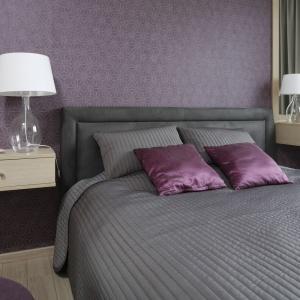 Ścianę w sypialni zdobi wzorzysta tapeta – jednocześnie zdobna i wpisująca się w nowoczesny charakter mieszkania, za sprawą geometrycznych motywów. Projekt: Joanna Morkowska-Saj. Fot. Bartosz Jarosz.