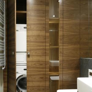Wysoka zabudowa, aż do sufitu, jest idealna na domową pralnię. Projekt: Monika i Adam Bronikowscy. Fot. Bartosz Jarosz.