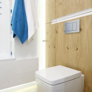 Podświetlane, wąskie drzwi to pomysłowy schowek na szlafroki. Projekt: Agnieszka Zaremba, Magdalena Kostrzewa-Świątek. Fot. Bartosz Jarosz.