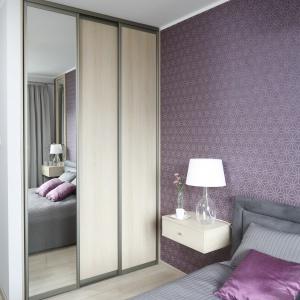W sypialni znalazło się miejsce również na pojemną szafę. Projekt: Joanna Morkowska-Saj. Fot. Bartosz Jarosz.