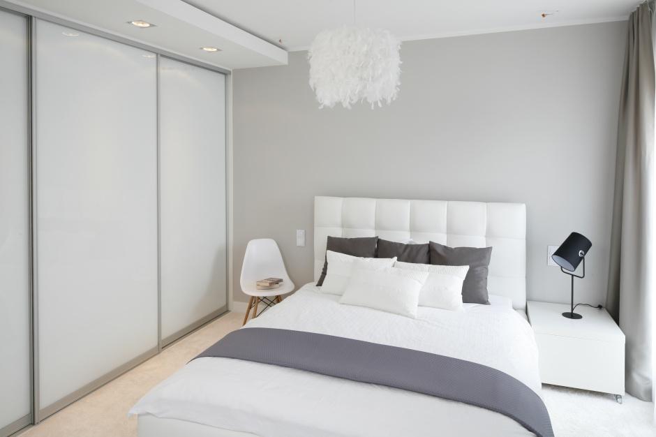 Tapicerowane białą tkaniną...  Biała sypialnia. Modne pomysły na aranżacje