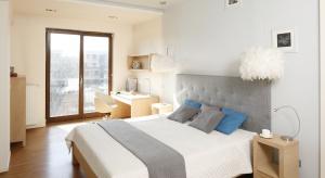 Wnętrza zainspirowane Skandynawią są proste, jasne, aprzede wszystkim uniwersalne. Sypialnia w tym stylu to oaza wypoczynku i relaksu. Co wyróżnia taką aranżację?