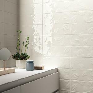 Biały wzór na białym tle - płytki ceramiczne Wave firmy Imola Ceramica. Fot.  Imola Ceramica.