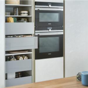 Rząd praktycznych, częściowo otwartych szuflad, połączonych z otwartymi półkami pozwala na przechowywanie licznych przedmiotów i żywności w wysokiej zabudowie. Fot. Leicht, kuchnia Concrete-C.