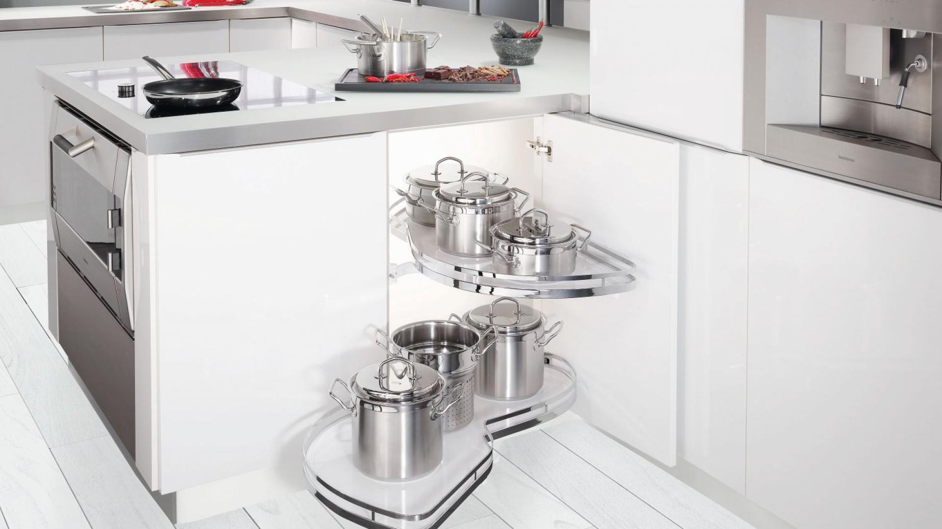 Systemy narożne pozwalają na maksymalne użycie powierzchni w rogach zabudowy kuchennej, która często pozostaje niewykorzystana. Fot. Peka.