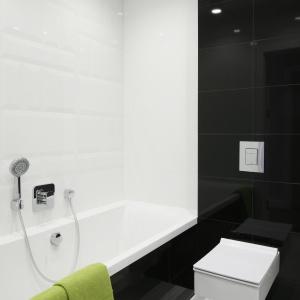 W łazience wygospodarowano miejsce na wygodną wannę. Projekt: Małgorzata Galewska. Fot. Bartosz Jarosz.