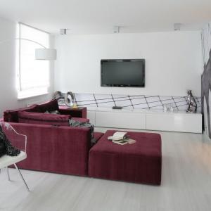 Nowocześnie zaaranżowany salon zdominowała biel. W tym kolorze są zarówno ściany, jak i meble i dodatki. Projekt: Anna Maria Sokołowska. Fot. Bartosz Jarosz.