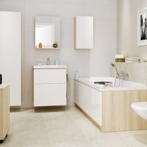 W kolorze bieli i drewna – meble łazienkowe i obudowa wanny Smart marki Cersanit. Specjalne dobrane materiały oraz rozwiązania chronią je przed zniszczeniem przez wilgoć. Fot. Cersanit.