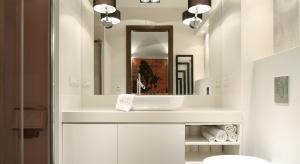 Nie ma zbyt małych łazienek. Są tylko łazienki źle zaprojektowane. Proste triki dekoratorskie sprawią, że małe wnętrze wyda się znaczniewiększe.
