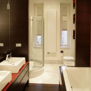 W tej łazience marmur Bianco Carrara skontrastowano z brązowym drewnem wenge oraz czerwoną mozaiką. Proj. Anna Buczny. Fot. Bartosz Jarosz