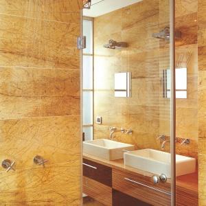 Łazienka przy sypialni, w której ściany i posadzka są wykończone żółto-brązowym marmurem Amarillo Triana. Projekt: Sylwester Sokół, Carlos Castaneda. Fot. Świat Łazienek i Kuchni.