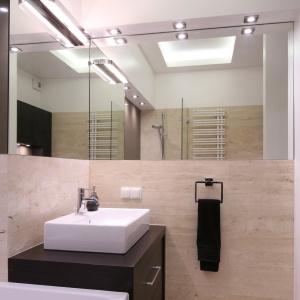 Mała łazienka przy sypialni wykończona beżowym marmurem. Projekt: Katarzyna Mikulska-Sękalska. Fot. Bartosz Jarosz.