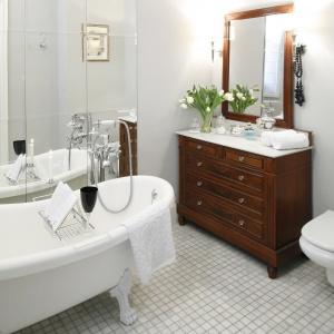 Mała łazienka z podłogą z jasnego marmuru. Projekt: Magdalena Kurkowska. Fot. Bartosz Jarosz.