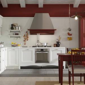 Drewniane belki stropowe oraz stylizowane meble wprowadzają w tej kuchni iście rustykalny charakter. Fot. Veneta Cucine.