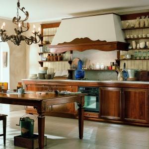 Drewno to zawsze dobry sposób na stworzenie w kuchni rustykalnego nastroju. Jeśli dodatkowo połączymy je z dużym okapem, przywodzącym na myśl stare piece, poczujemy się jak na wsi. Kuchnia Montenello. Fot. Marchetii.