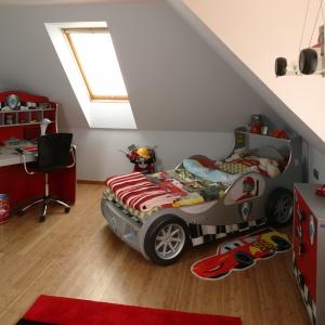 Pokoik małego kierowcy rajdowego. Ciekawym elementem wnętrza jest łóżko kształtem przypominające samochód. Projekt: Kinga Śliwa. Fot. Bartosz Jarosz.