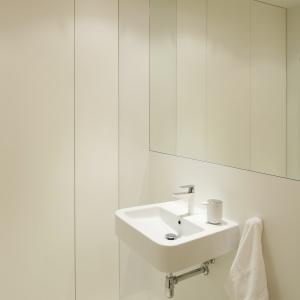 Biel i dużo lustro sprawiają, że łazienka wydaje się znacznie większa. Fot. Bartosz Jarosz.