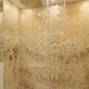 Kabina prysznicowa jest wyposażona w deszczownicę sufitową. Fot. Bartosz Jarosz.