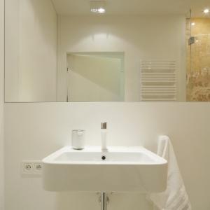 W tej łazience białe są także detale, m.in. bateria umywalkowa. Fot. Bartosz Jarosz.