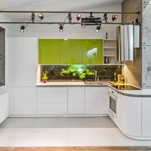 Strefa robocza w kuchni wcale nie musi być nudna – tu minimalistyczną zabudowę ożywiono oryginalną fototapetą za szkłem. Jej kosmiczny motyw zdecydowanie wyróżnia ścianę nad blatem. Na zdjęciu: meble z oferty Studio Max Kuchnie Meblostrefa. Fot. Studio Max Kuchnie Meblostrefa.