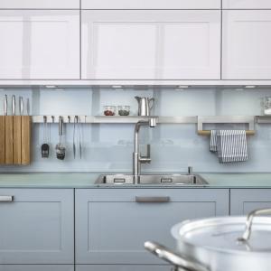 Ścianę nad blatem zabezpieczono bezbarwnym szkłem. Przestrzeń tą wykorzystano na powieszenie akcesoriów przydatnych w kuchni - są zawsze pod ręką. Na zdjęciu: kuchnia Carre-2-FG marki Leicht.