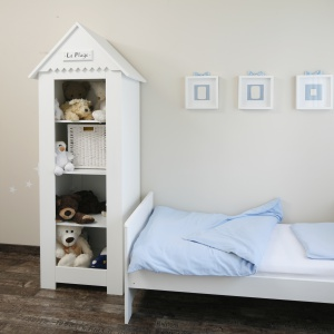 Pokój małej dziewczynki. Drewniana półka w kształtem przypominająca domek, zapewnia dużo miejsca do przechowywania. Projekt: Katarzyna Uszok. Fot. Bartosz Jarosz.