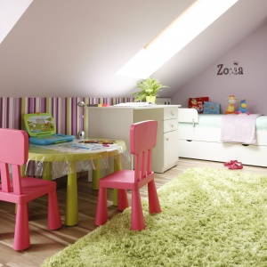 Kolorowy pokój dziecka. Stolik i krzesła dostosowane do wzrostu dziecka zapewniają komfort w czasie zabaw czy zajęć plastycznych. Projekt: Marta Kilan. Fot. Bartosz Jarosz.