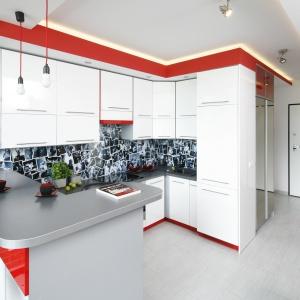 Najbardziej charakterystycznym elementem tej niewielkiej kuchni jest ściana nad blatem. To kolaż zdjęć z rockowych koncertów zabezpieczonych przezroczystym szkłem. Projekt: Monika Olejnik. Fot. Bartosz Jarosz.
