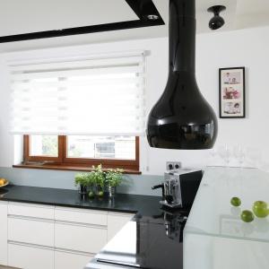 Czarno-biała kolorystyka nadaje kuchni nowoczesny charakter. Sprawia też, że wnętrze jest eleganckie i stylowe. Projekt: Michał Mikołajczak. Fot. Bartosz Jarosz.
