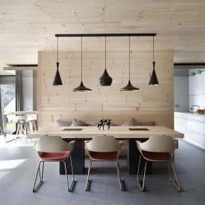 W zaprojektowanym przez hiszpańską pracownię Coblonal Arquitectura mieszkaniu salon, jadalnia i kuchnia znalazły się w obrębie jednej wspólnej przestrzeni otwartej, podzielonej ciekawymi elementami działowymi, funkcjonującymi również jako meble. Projekt: Coblonal Arquitectura. Fot. Sara Riera.