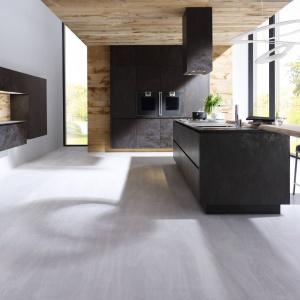 Ekskluzywna propozycja od niemieckiego producenta mebli Alno. Fronty kuchni Alnostar Cera Keramik są wykonane z tworzywa ceramicznego, które pozwala osiągnąć unikalna fakturę powierzchni. Fot. Alno.