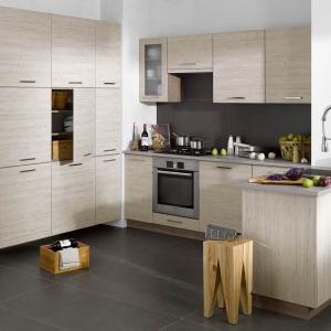 Autentyczne faktury i kolory drewna, postarzane powierzchnie mebli sprawią, że kuchnia będzie przytulna i ciepła. Na zdjęciu: meble Elba z oferty sieci sklepów Castorama.