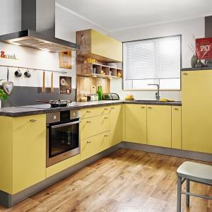 Mocny kolor, np. szafranowy, nadaje kuchni wyrazisty charakter. Komfort na co dzień zapewniają szuflady z pełnym wysuwem oraz cichym zamykaniem. Na zdjęciu: meble KAMPlus firmy KAM. Fot. Meble KAM.