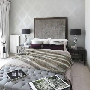 Sypialnia bardzo elegancka w wyrazie. Smaku wnętrzu nadaje wysoki zagłówek łóżka obity połyskującą tkaniną, a także pikowana skrzynia ustawiona u podstawy łóżka. Projekt: Ventana. Fot. Bartosz Jarosz.