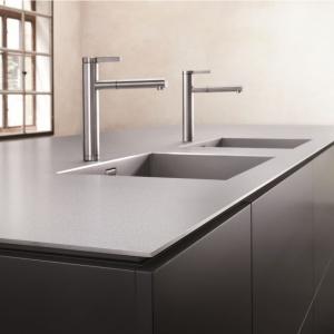 Blat kuchenny Durinox wykonany jest ze stali szlachetnej o pięknej matowej powierzchni i jednorodnej strukturze, która daje możliwość płynnego przejścia w komorę zlewozmywaka. Powierzchnia taka jest trwała i elegancka. Fot. Blanco.