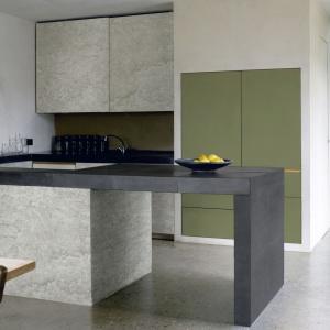 Blat laminowane mogą do złudzenia imitować inne materiały, jak drewno czy np. beton. Tutaj gruby blat wieńczący wyspę kuchenną wykonano z laminatu w wykończeniu Raw Concrete. Fot. Pfleiderer.