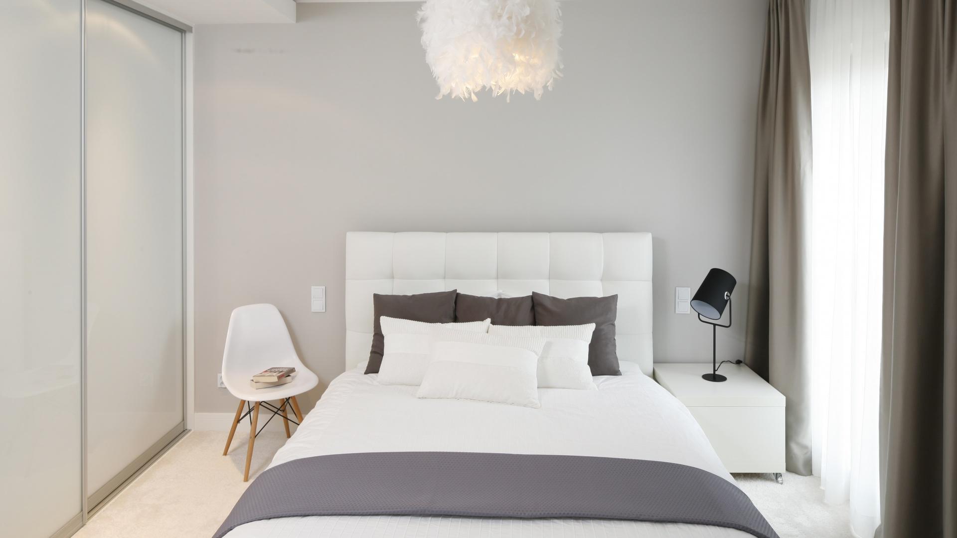 Sypialnia jest przytulna i ciepła. Dzięki jasnym kolorom aranżacja jest również niezwykle lekka. Projekt: Małgorzata Galewska. Fot. Bartosz Jarosz.