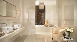 Łazienka wykończona beżowymi płytkami będzie modna latami. Najmodniejsze są odcienie przypominające tkaniny, kamień, drewno.