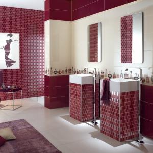 Dekoracje z flakonami perfum – łazienka z płytkami ceramicznymi Class firmy NovaBell. Fot. NovaBell.