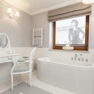 Folia szroniona na szybę Chanel ze sklepu Dekornik – zapewnia prywatność. Fot. Dekornik.