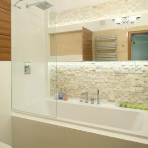 Mała łazienka w kamieniu – parawan wannowy to jedna tafla hartowanego szkła. Projekt: Małgorzata Mazur. Fot. Bartosz Jarosz.