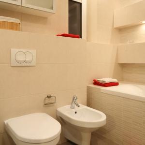 Choć łazienka jest mała, zmieścił się w niej bidet. Zamocowany jest, tak jak sedes, na stelażu ukrytym pod tynkiem. Fot. Bartosz Jarosz.